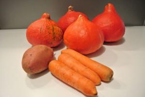 Zutaten für die Kürbissuppe: Kürbisse, Süßkartoffel und Karotten